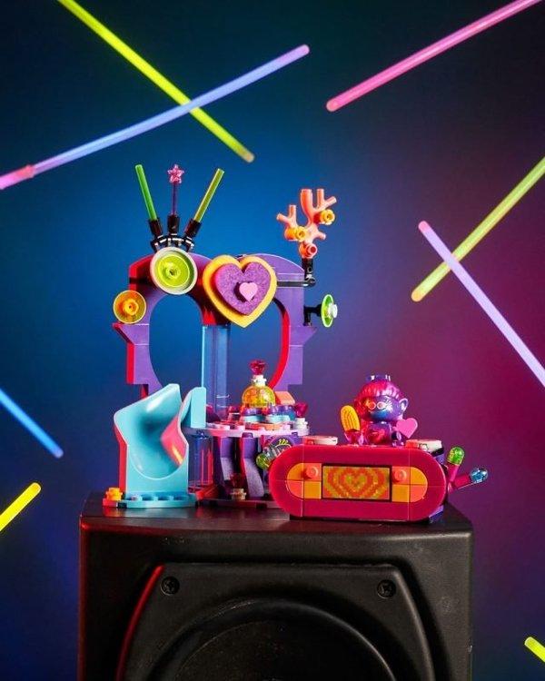 LEGO-Trolls-World-Tour-41253-Techno-Reef-Dance-Party-2-640x800.jpg